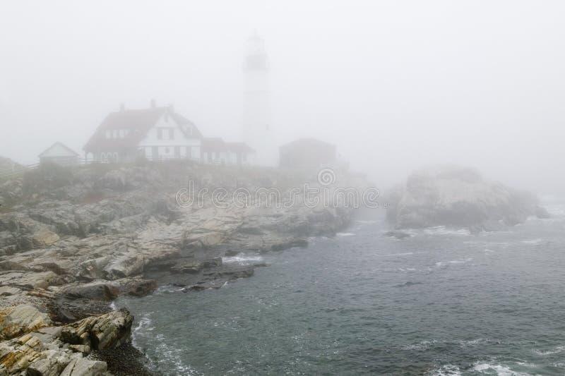 Enevoe saias o farol da cabeça de Portland no cabo Elizabeth, Maine imagens de stock