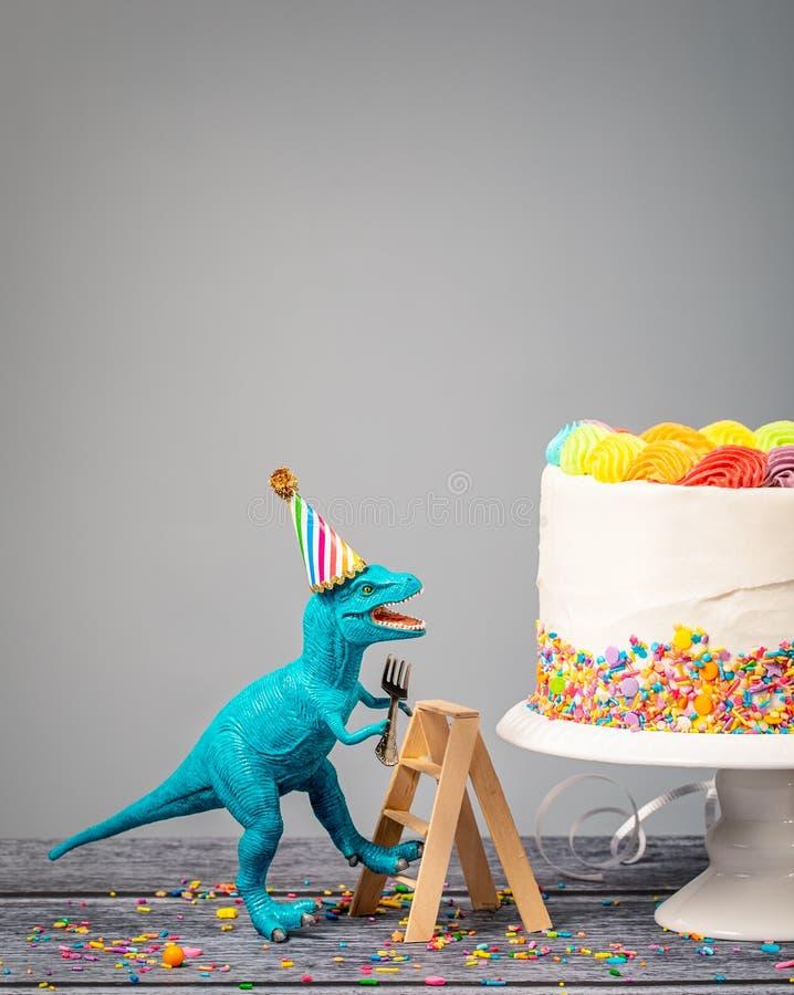 Enfaldig dinosauriefödelsedag med kakan royaltyfri foto