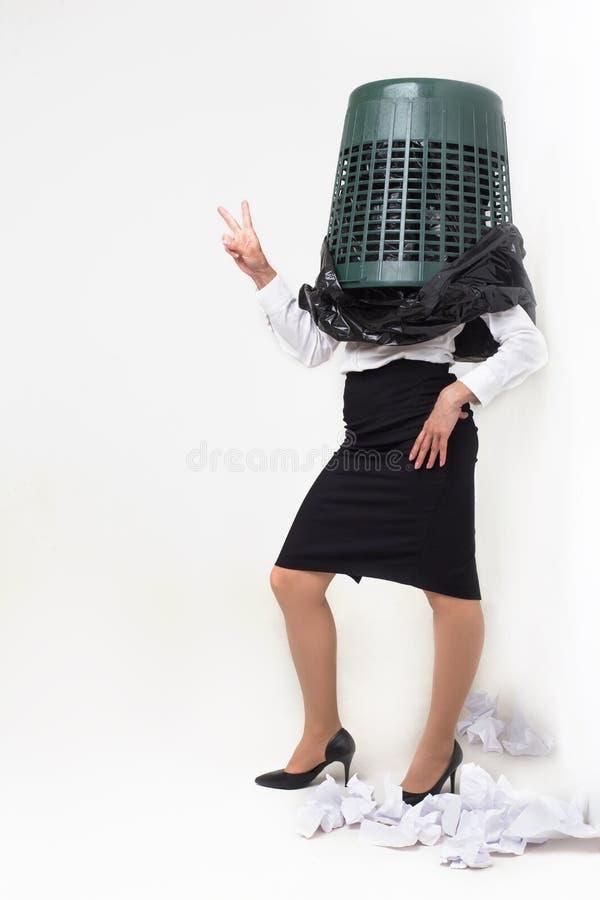 Enfaldig flicka med avfallfacket på hennes huvud arkivfoton