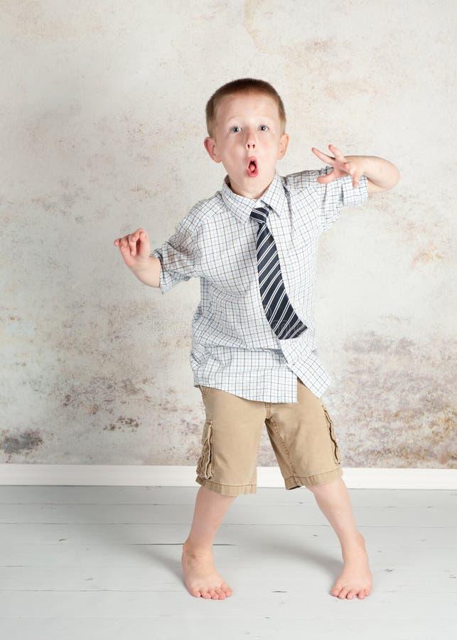 Enfaldig hyper pojke arkivbild