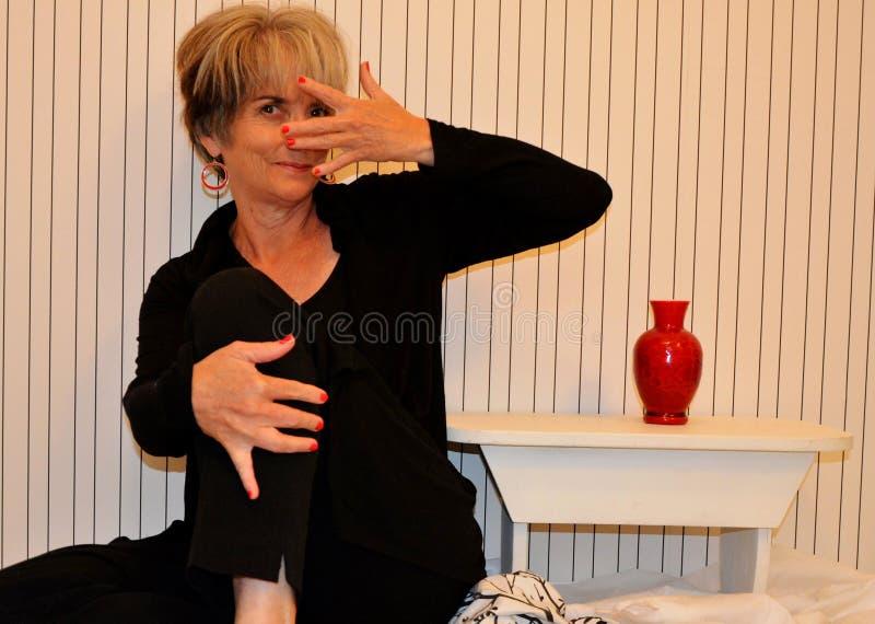 Enfaldig pensionärkvinna royaltyfria foton