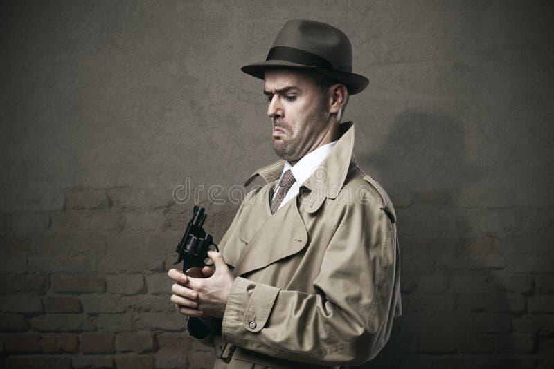 Enfaldig tappningkriminalare med ett vapen arkivfoton