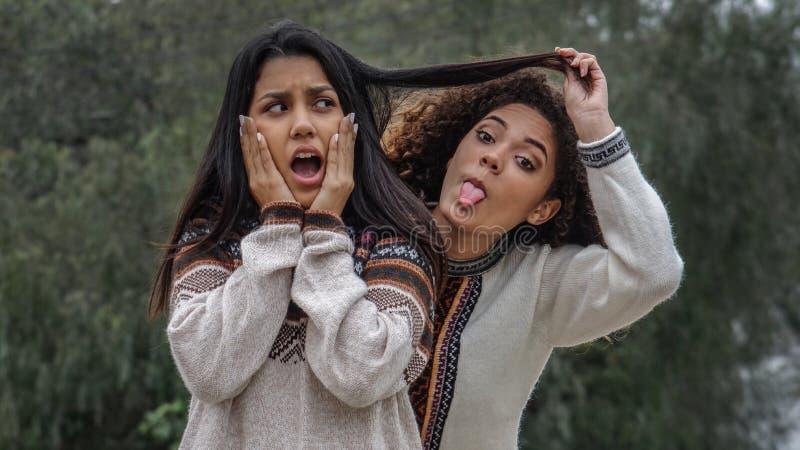 Enfaldigt kamratskap bland tonåriga latinamerikanska flickor fotografering för bildbyråer