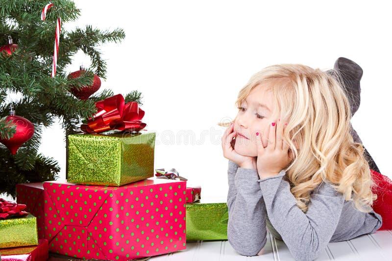 Enfant à côté d'un arbre de Noël photos stock