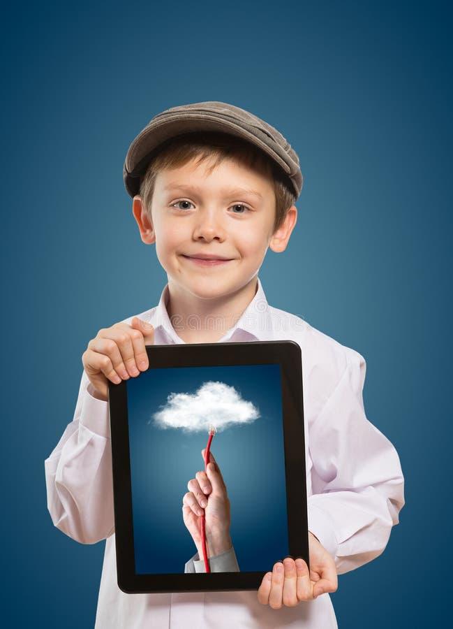 Enfant à l'aide d'une tablette photographie stock libre de droits