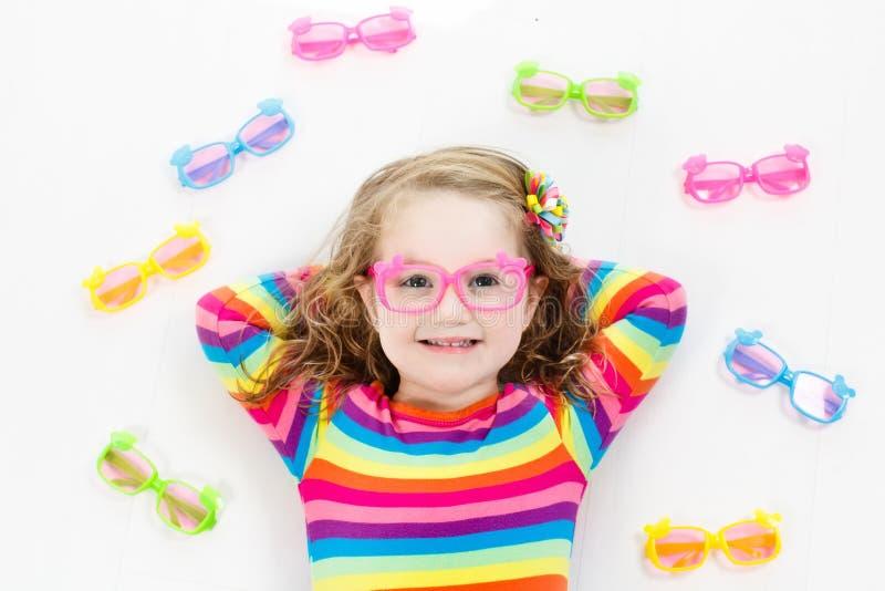 Enfant à l'enfant d'essai de vue d'oeil à optitian Eyewear pour des enfants images stock