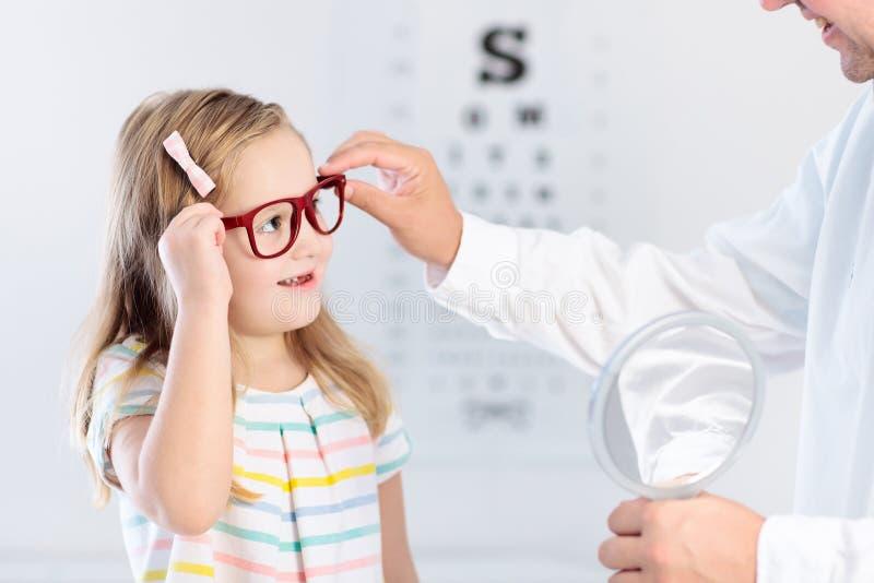 Enfant à l'enfant d'essai de vue d'oeil à optitian Eyewear pour des enfants photo libre de droits
