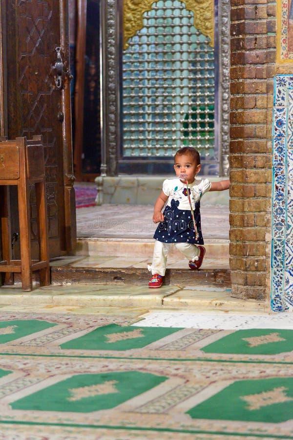 Enfant à l'intérieur de mausolée de Harun Vilayat, Imamzadeh Haroun-e-Velayat dans Imam Ali Square à Isphahan l'iran image libre de droits