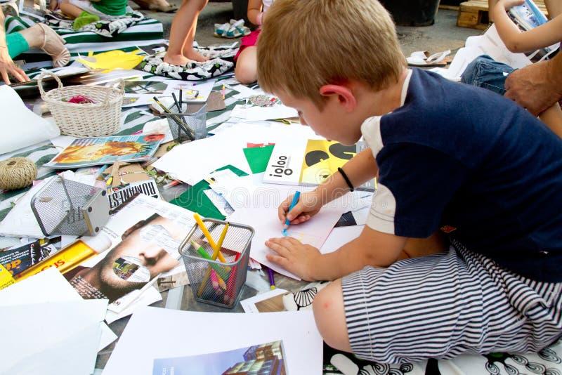 Enfant à la distribution de rue, Bucarest photos stock