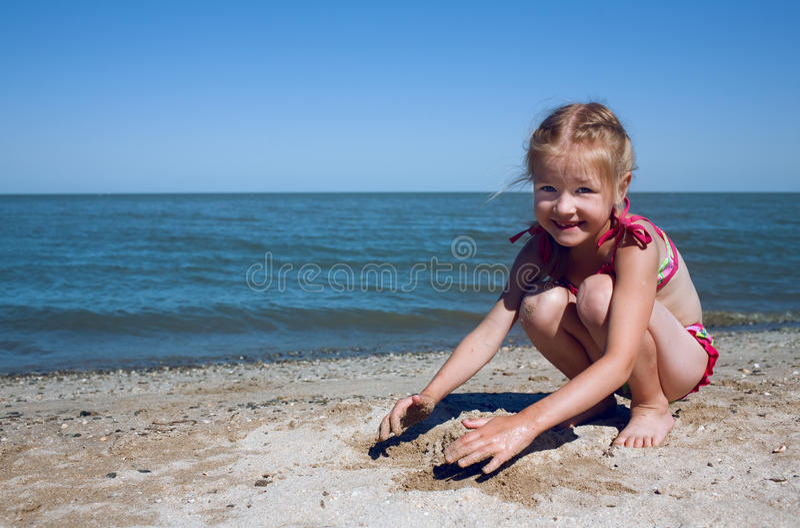 Enfant à la mer images stock