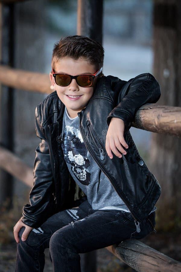 Enfant à la mode adorable en cuir photographie stock libre de droits