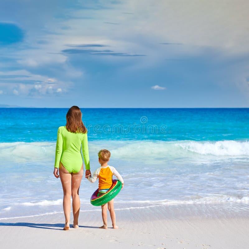 Enfant enfant à la plage avec mère photo libre de droits