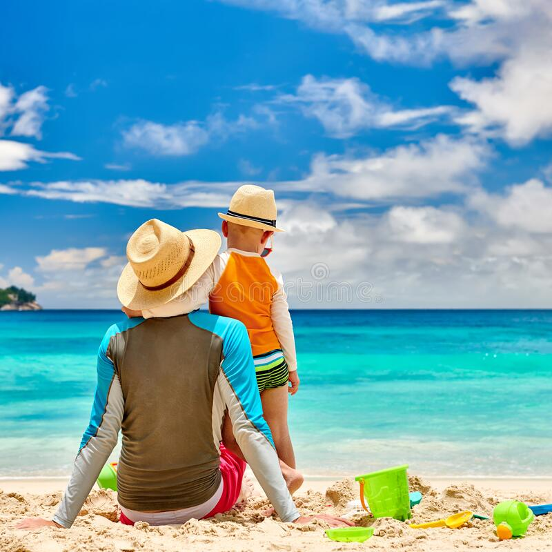 Enfant enfant à la plage avec père images libres de droits