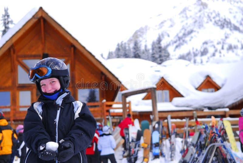 Enfant à la station de sports d'hiver inclinée photo libre de droits