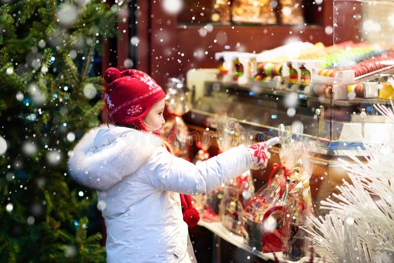 Enfant à Noël juste Marché de Noël photo stock