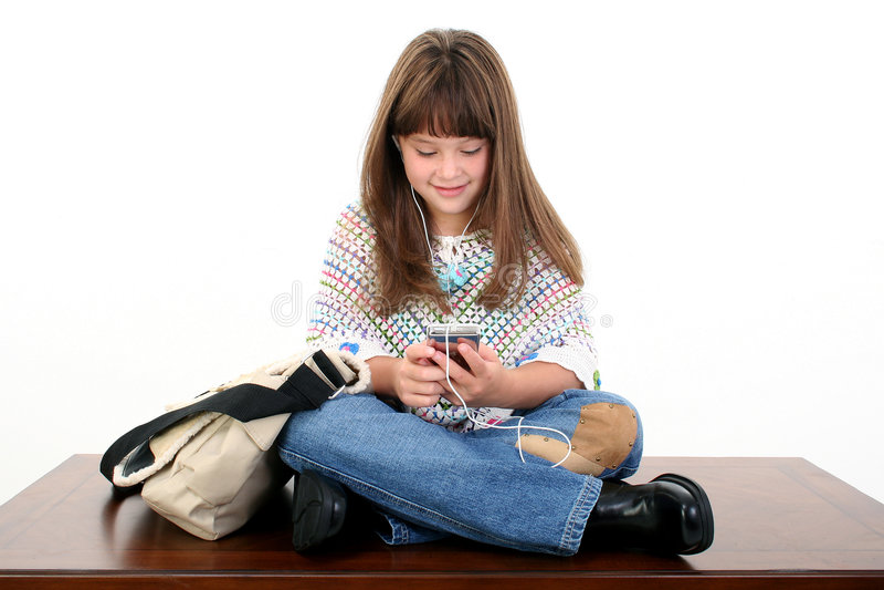 Enfant écoutant la musique images stock