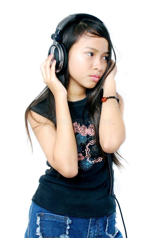Enfant écoutant la musique image libre de droits