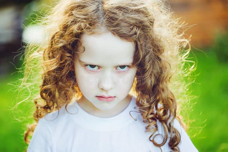 Enfant émotif avec l'expression fâchée sur le visage images stock