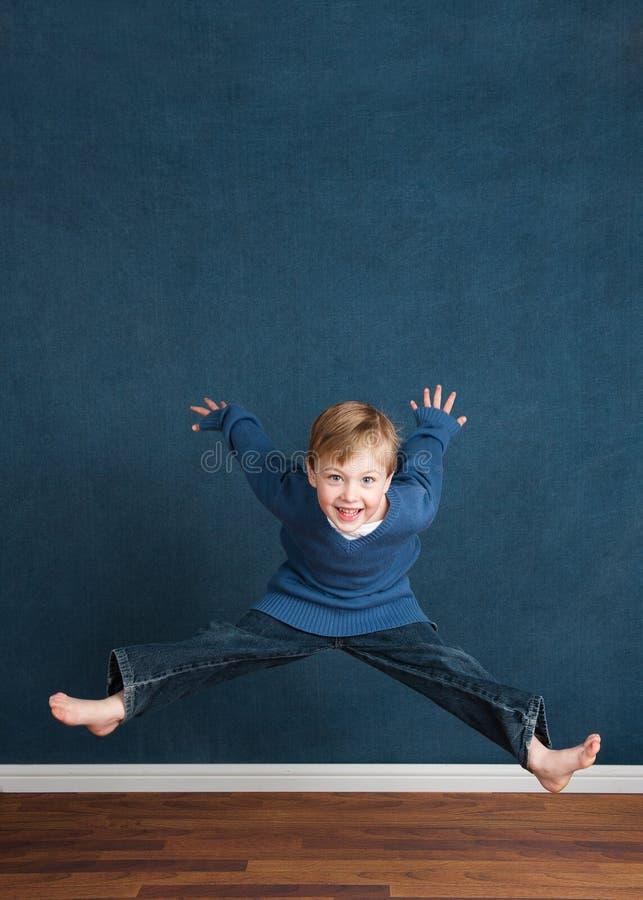 Enfant énergique images libres de droits