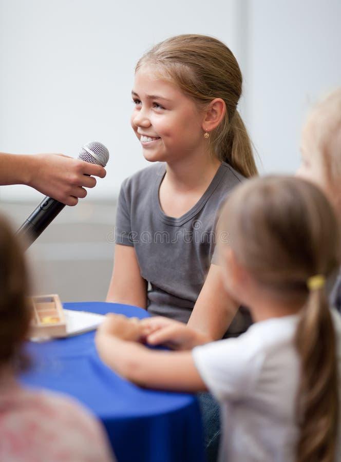 Enfant étant interviewé image stock