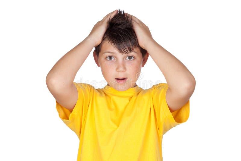 Enfant étonné avec le T-shirt jaune images libres de droits