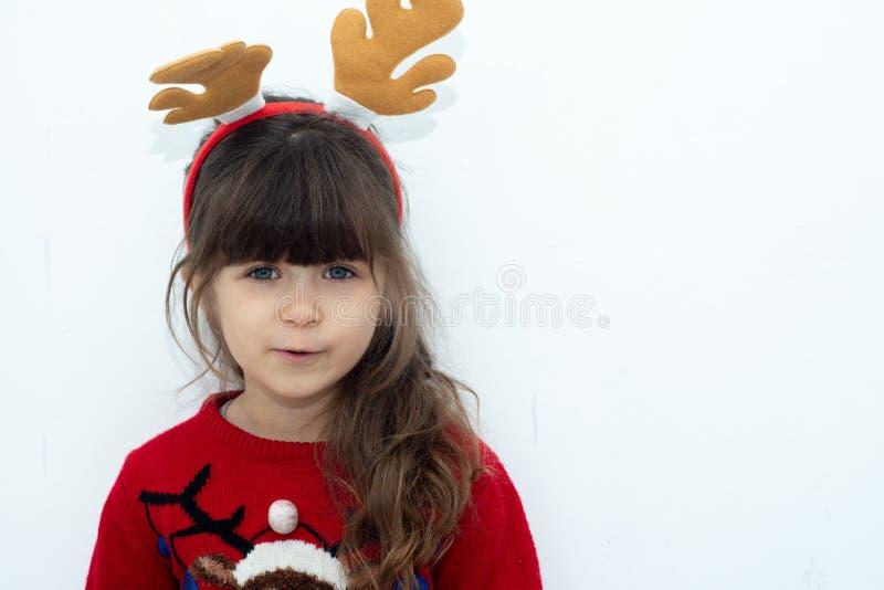 Enfant étonné mignon dans le chapeau de Santa Claus, émotions Portrait riant drôle d'enfant photographie stock libre de droits