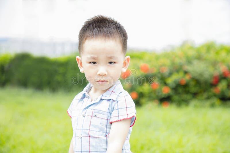 Enfant absorbé dans extérieur avant photo stock