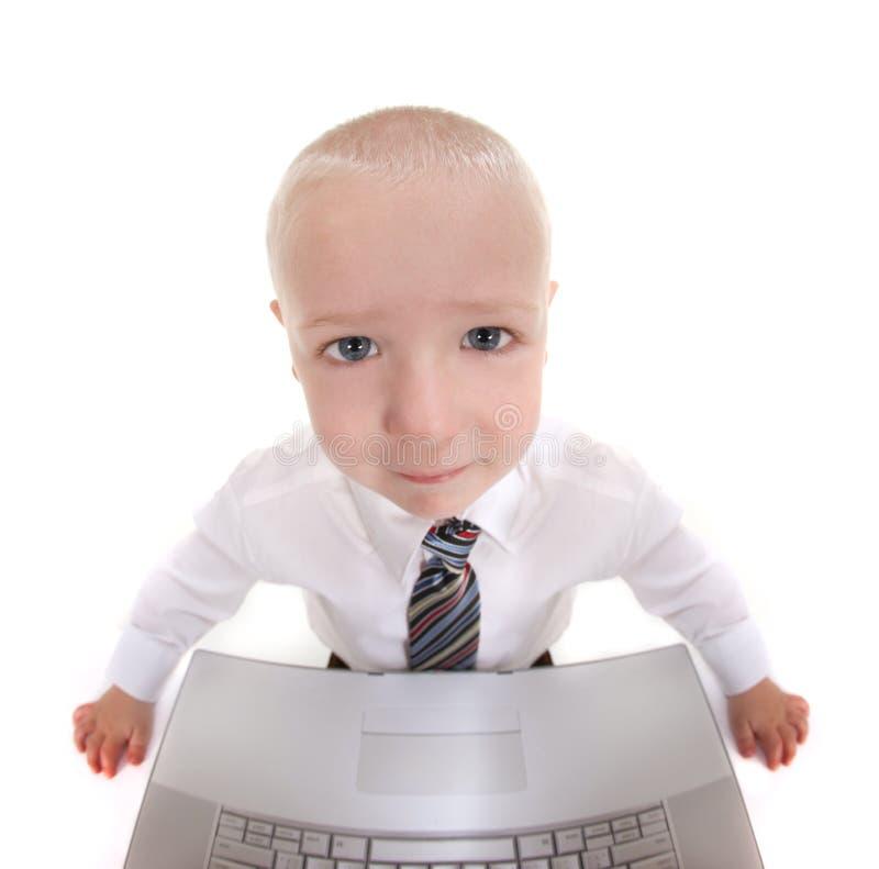 Enfant abstrait travaillant sur un ordinateur images libres de droits