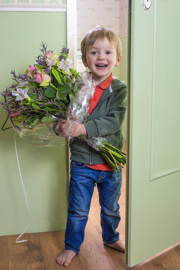 Enfant adorable avec des fleurs photographie stock libre de droits