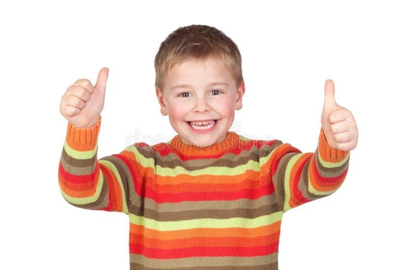 Enfant adorable avec des pouces vers le haut image libre de droits