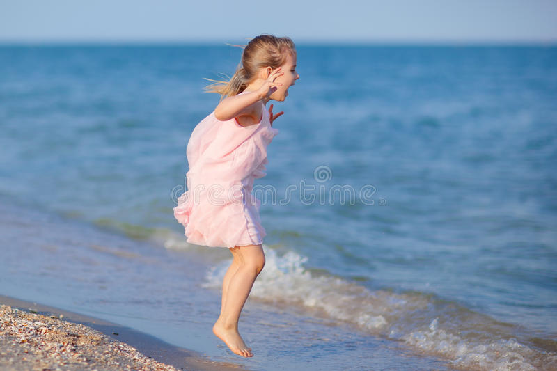 Enfant adorable branchant à la plage photos stock