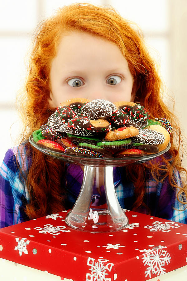 Enfant adorable de fille excité au sujet des biscuits photographie stock libre de droits