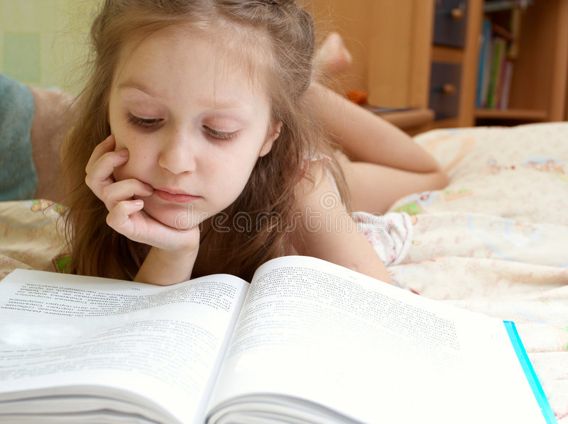 Enfant affichant un livre photographie stock libre de droits