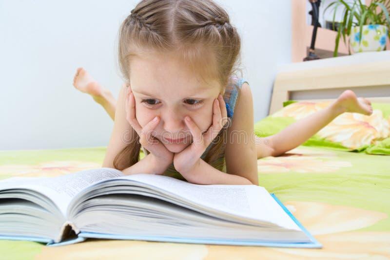 Enfant affichant un livre photo stock