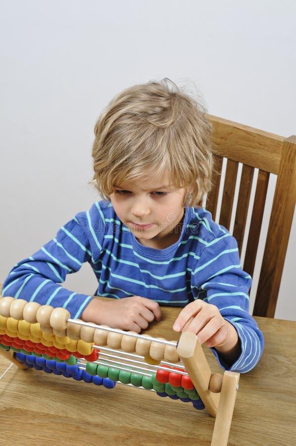 Enfant apprenant à compter images libres de droits