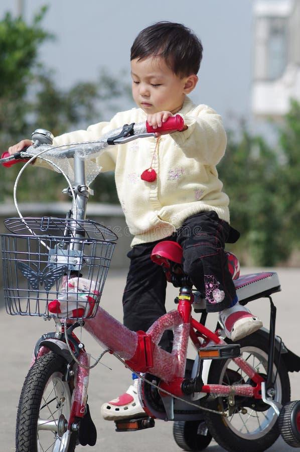 Enfant apprenant à conduire photos stock