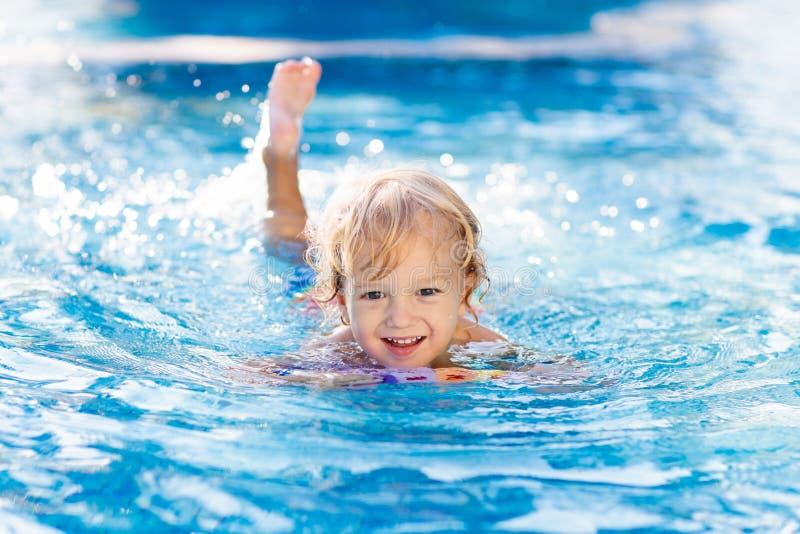 enfant apprenant le bain ? Gosses dans la piscine image libre de droits