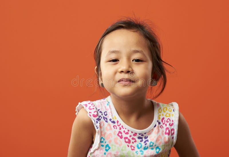 Enfant asiatique étant sérieux images stock