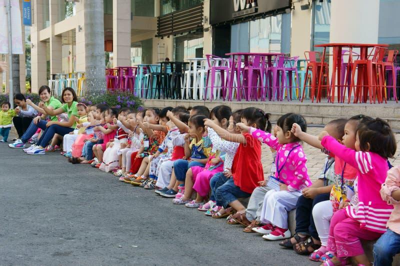 Enfant asiatique, activité en plein air, enfants préscolaires vietnamiens images stock