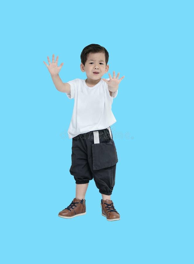 Enfant asiatique de plan rapproché dans l'émotion de crainte d'isolement sur le fond blanc image stock