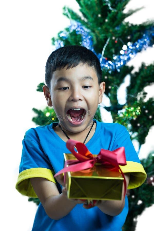 Enfant asiatique excitant pour obtenir un cadeau de Noël photographie stock