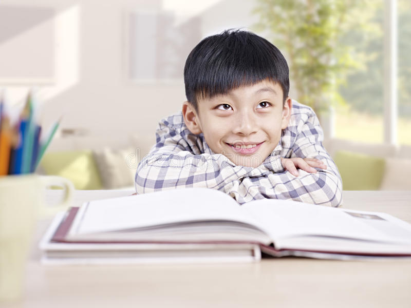 Enfant asiatique rêvassant image libre de droits