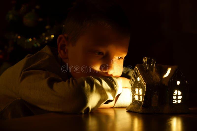 Enfant attendant un miracle image stock
