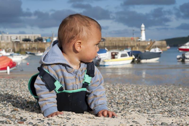 Enfant au bord de la mer image stock