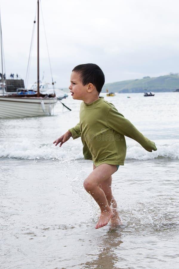 Enfant au port maritime images libres de droits