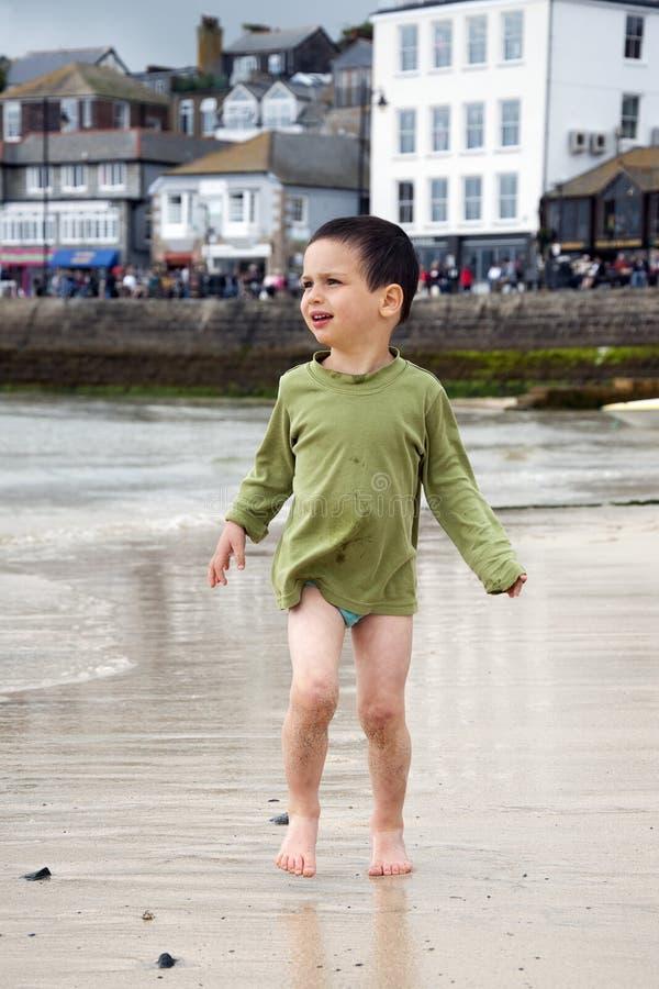 Enfant au port maritime photographie stock libre de droits