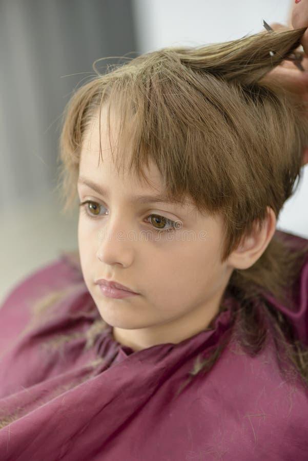 Enfant au raseur-coiffeur images stock