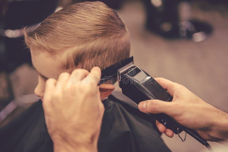 Enfant au salon de coiffure photos libres de droits