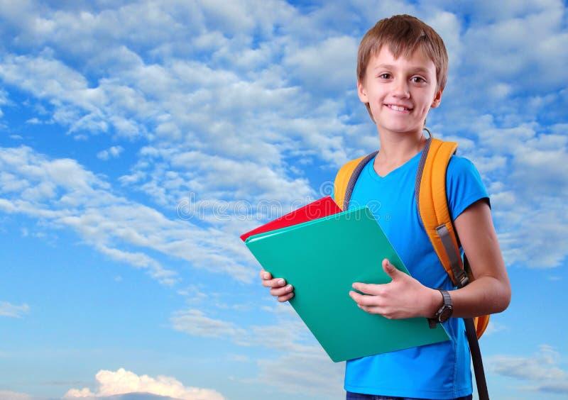 Enfant avec avec le sac à dos image stock