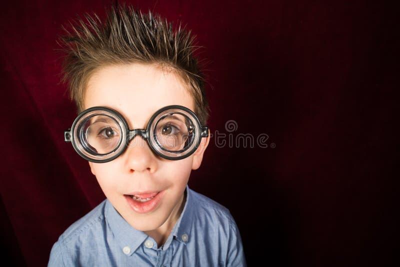 Enfant avec de grands verres image stock